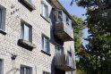 Įspėja: Tilžės g. 37-ojo namo gyventojai turėtų rimtai susirūpinti savo balkonų būkle.