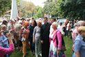 Jausmai: atsisveikindami parapijiečiai norėjo nuotraukoje įsiamžinti su mylimu klebonu M.Venskumi.