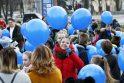Mėlyna: akcijos dieną dauguma moksleivių rankose laikė mėlynus balionus kaip sergančiųjų palaikymo simbolius.