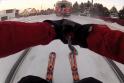 Lenkų ekstremalas slidinėjo, užsikabinęs už traukinio