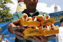 Pasaulio dešrainių valgymo čempionė sukirto 45 dešreles ir bandeles