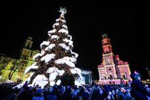 Rotušės aikštėje įžiebta įspūdinga Kalėdų eglė