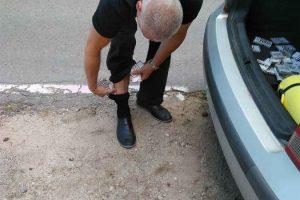 Kontrabandininkų išradingumas stebina: rūkalus slėpė net kojinėse