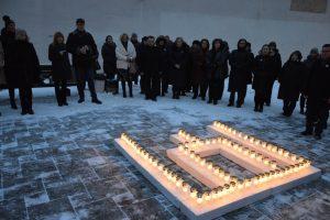 Šalia ministerijos nušvito Gediminaičių stulpai iš žvakių