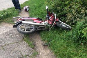 Į policijos automobilį rėžėsi penkiolikmetis su mopedu