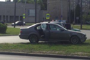 """Žiedinėje sankryžoje – BMW ir """"Volkswagen"""" avarija"""