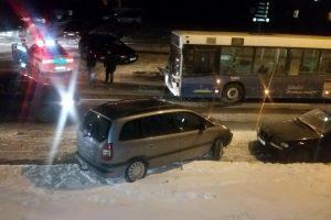 Girtas kariuomenės muzikantas Vilniuje susidūrė su autobusu