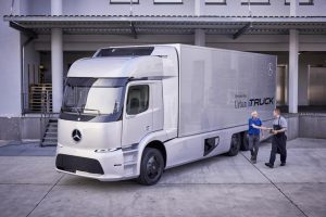 """Pirmieji ,,Mercedes-Benz"""" elektriniai sunkvežimiai pasirodys jau šiemet"""