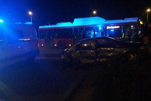 Penktadienio vakarą Šilainiuose autobusas sumaitojo opelį