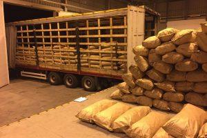 Anglių maišuose – milijono eurų vertės kontrabandinės cigaretės
