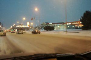 Kelininkų darbą apsunkina nesiliaujantis sniegas