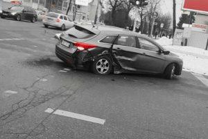 Kaune susidūrus dviems automobiliams skaudžių pasekmių išvengta