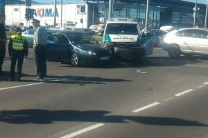 "Pareigūnų ekipažo ir ""VW Golf"" avarija: ieškomi liudininkai"