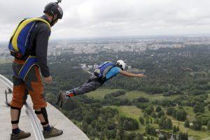 """Per Talino televizijos bokšto """"gimtadienį"""" – unikalus parašiutininkų šuolis"""