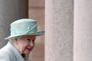 Karalienė Elizabeth II juokavo esanti vis dar gyva