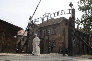 Nacių mirties stovykloje popiežius meldėsi už Holokausto aukas
