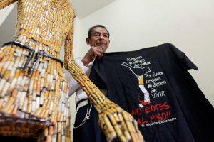 Ekvadorietis iš cigarečių nuorūkų kuria lėles