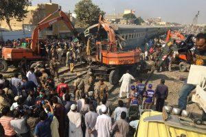 Pakistane susidūrus dviem traukiniams žuvo mažiausiai 21 žmogus