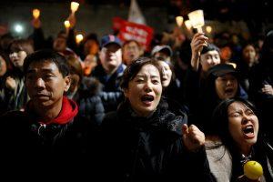 Tūkstančiai korėjiečių reikalauja prezidentės atsistatydinimo