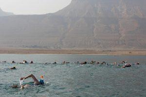 Dėl gamtosaugos idėjos 30 žmonių ryžosi perplaukti Negyvąją jūrą