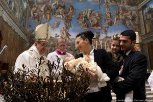 Popiežius ragino padėti benamiams, krikštijo kūdikius, drąsino žindyves