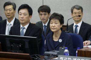 Pietų Korėjos eksprezidentė stojo prieš teismą