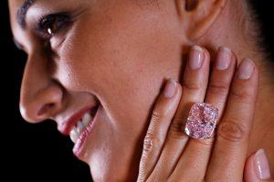 Didžiausias pasaulyje rausvas deimantas nerado pirkėjo