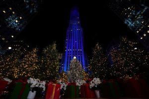 Kalėdų eglės įžiebimą Niujorko Rockefellerio centre stebėjo tūkstančiai žmonių