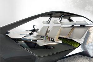 BMW inovacijos: autonomiškų automobilių bandymai ir namus primenantis interjeras