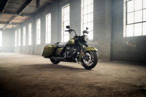 """""""Harley-Davidson"""" pristato tamsųjį """"Road King Special"""" motociklą"""