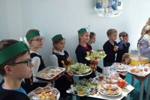 Moksleiviai pyragus kepė dėl sergančių vaikų