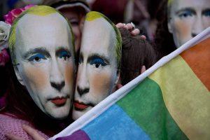Rusija uždraudė vairuoti pedofilams, transvestitams ir kitiems neįtikusiems asmenims