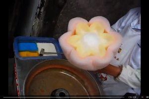 Gatvės prekeivio rankose cukraus vata virsta gėlėmis