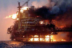 Meksikos naftos gavybos platformoje per sprogimą ir gaisrą žuvo 4 žmonės