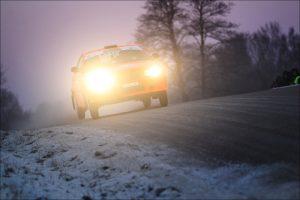 Lenktynininkai pataria: žiemą vairuoti reikia ir akimis