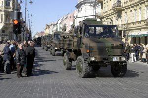 Karinės transporto priemonės bus atleistos nuo kelių mokesčio