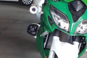 Policija kelių gaidelius vaikysis galingu motociklu