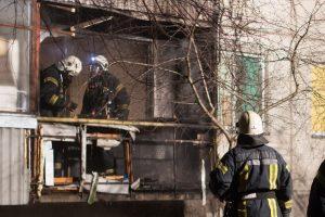 Vilniuje užsidegė butas penkiaaukštyje, ugniagesiai gelbėjo žmones