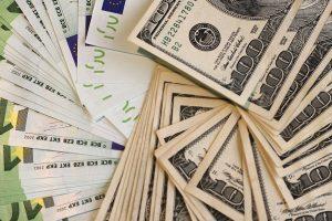 Moteris į sąskaitą banke bandė įnešti netikrus 16 tūkst. dolerių