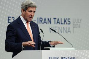 J. Kerry įžvelgia žymias spragas branduolinėse derybose su Iranu