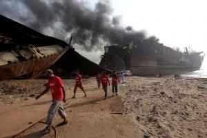Sprogimo Pakistano laivų ardymo įmonėje aukų padaugėjo iki 26