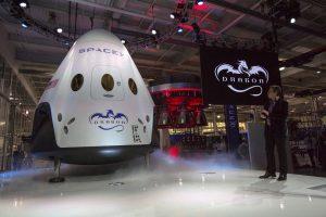 """""""SpaceX"""" 2018-aisiais išsiųs į Mėnulį du turistus"""