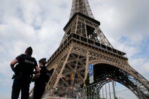 Prie Eifelio bokšto sulaikytas peilį laikantis vyras