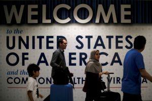 JAV ketina griežtinti draudimus užsieniečių atvykimui
