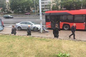 Ieško liudininkų: atsiliepkite, jei matėte, kaip fordas stotelėje partrenkė moterį