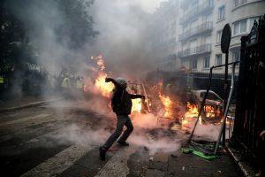 Paryžiuje per masines riaušes sužeisti 133 žmonės, šimtai areštuota