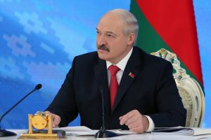 """Politologas: A. Lukašenkos """"socialinis kontraktas"""" ima aižėti"""