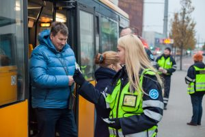 Atšvaitais pasipuošė sostinės viešojo transporto keleiviai