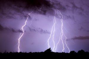 Dėl audros Vilniuje nesileido lėktuvai, žaibai pridarė žalos žmonėms
