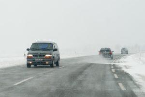 Eismo sąlygas sudėtingos dėl sniego